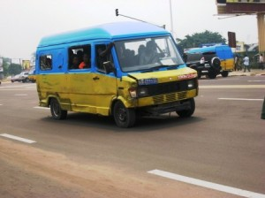 bus-207-sur-le-boulevard-triomphal-kinshasa