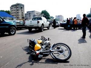une moto accidenté sur le boulevard du 30 juin à Kinshasa dont les victimes ont été évacués à l'hopital Ph John Bompengo (2)