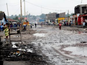 Une des routes principale de la commune de Kimbanseke à Kinshasa le 11/12/2011. Radio Okapi/ Ph. John Bompengo