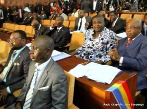 Des députés de l'opposition congolaise,  le 07/05/2012 au Palais du peuple à Kinshasa, lors de la présentation du programme du gouvernement à l'Assemblée nationale par le Premier ministre Matata Ponyo Mapon. Radio Okapi/ Ph. John Bompengo
